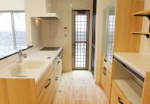 キッチン キッチンは全体のコーディネートに合わせて無垢材を使用。より重厚感が漂い毎日の暮らしを楽しませてくれます。