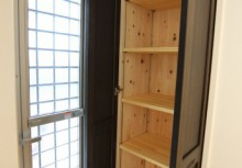 食品庫 キッチン横にある食品庫は毎日の食卓を賑わす食材が豊富に収納できます。また、収納内部にも自然素材を使用する事によって湿気が溜まりやすい収納も木の調湿でスッキリ!
