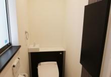 トイレ 空間がスッキリするキャビネット付トイレです。壁に貼ってあるデザインパネルは、見た目だけでなくパネル自体が調湿や脱臭効果があります