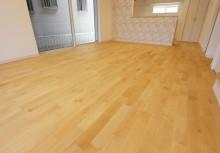 床 価値のある自然素材の無垢材を採用。LDKの住空間が重厚感のある暮らしを演出します。