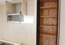 KP キッチン横にある食品庫は、毎日の食卓を賑わす食材が豊富に収納できます。また、収納内部にも自然素材を使用する事によって湿気が溜まりやすい収納も木の調湿でスッキリ!
