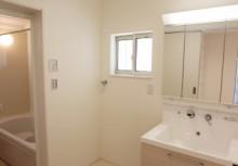 洗面所 三面鏡の収納タイプで、引き出し収納による出し入れが楽々。