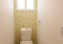 2Fトイレ 爽やかなクロスでオシャレなトイレです。