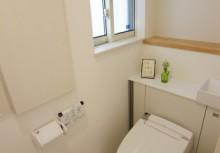 トイレ 空間がスッキリするキャビネット付トイレです。