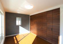 主寝室 落ち着いた空間になる様に、床と収納扉、壁紙をダーク色にしました。