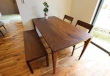 ダイニングテーブル グループ会社の964(くらし)プロダクトが提供するウォールナットテーブル。無垢特有の木目が美しく、食事が楽しめて住空間が一層引き立ちます。