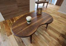ローテーブル グループ会社の964(くらし)プロダクトが提供するウォールナットローテーブル。完全オーダーなので、可愛らしくオシャレなビーンズ形状のテーブルにしてみました。(別売)