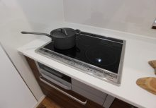 IH ガラストップ仕様で電気を無駄なく活かし、両面焼きグリルのお掃除も楽なIHです。