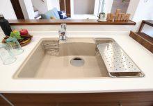 人工大理石シンク 鍋やフライパンなど大きな物も一度に洗えて、トップとシンクの繋ぎ目に段差がないので、汚れが溜まりにくい形状です。