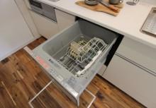 食洗器 約5人分洗浄でき、強力パワーのターボ噴射で隅々まで洗浄できます。