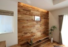 LDK リビングアクセントパネル 床材と同じアカシアを採用。より一体感が増し、天井からの間接照明で深みのある木目が強調され、ワンランク上の住まいをご提供致します。