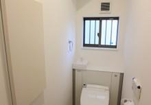 トイレ 空間がスッキリするキャビネット付トイレです。キャビネットによって、お掃除道具や洗剤などしっかり収納。